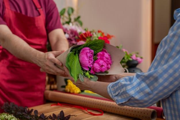 Przytnij widok salera kwiatów. biznes florystyczny. układ bukietów.