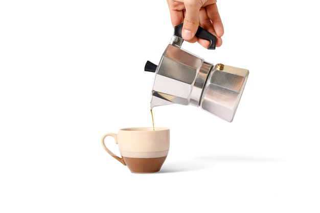 Przytrzymaj garnek moka z polewaną kawą na filiżance odizolowywającej.