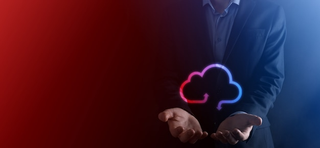 Przytrzymaj ikonę chmury. koncepcja przetwarzania w chmurze - podłącz chmurę inteligentnego telefonu. przetwarzanie informacji o sieci