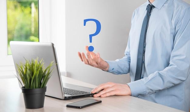 Przytrzymaj interfejs znaki zapytania znak sieci web. zadaj pytanie online, koncepcja faq, co gdzie kiedy jak dlaczego,