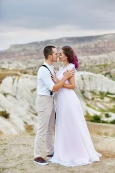 Przytul i pocałuj zakochaną parę w wiosenny poranek w przyrodzie. walentynki