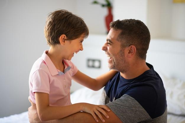 Przytulają się mężczyzna w średnim wieku i jej córeczka.
