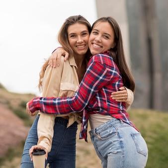 Przytulające się szczęśliwe dziewczyny z niskiego kąta