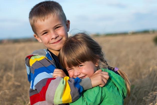 Przytulanie brata i siostry