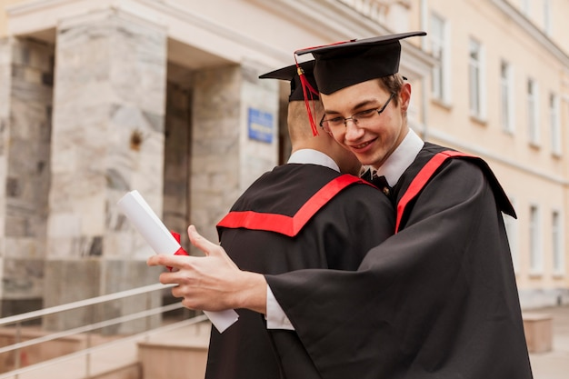 Przytulanie chłopców z dyplomem