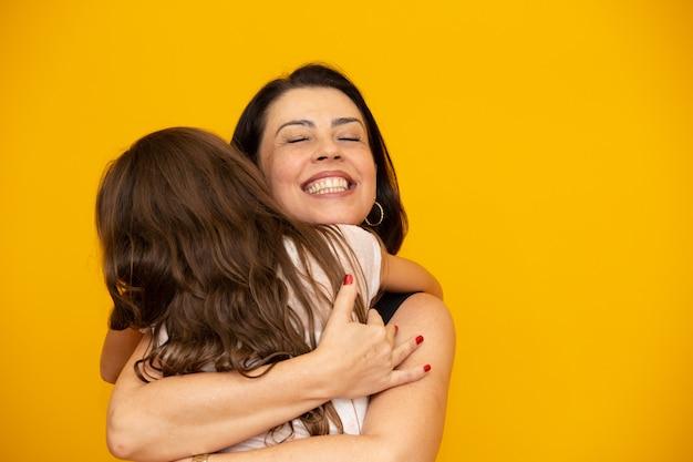 Przytulanie córki matka