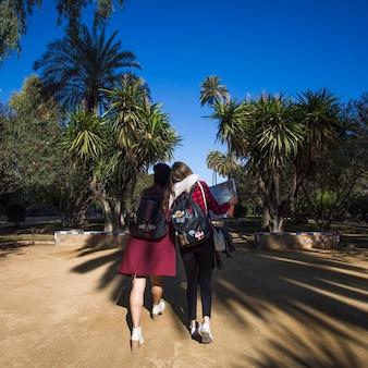 Przytulanie kobiet spaceru w parku