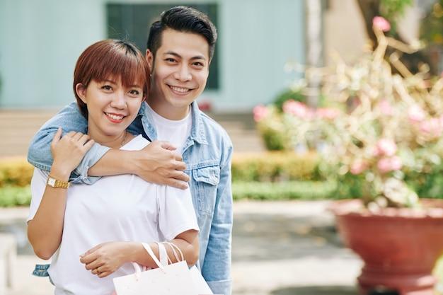 Przytulanie młodej pary wietnamskiej