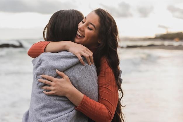 Przytulanie młodych kobiet