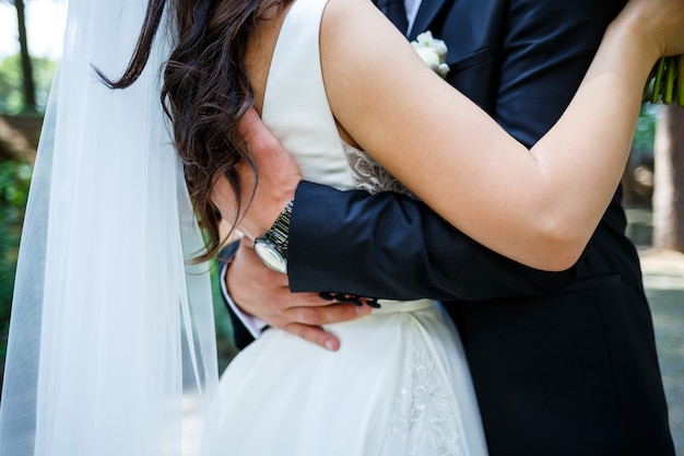 Przytulanie pary młodej w dniu ślubu