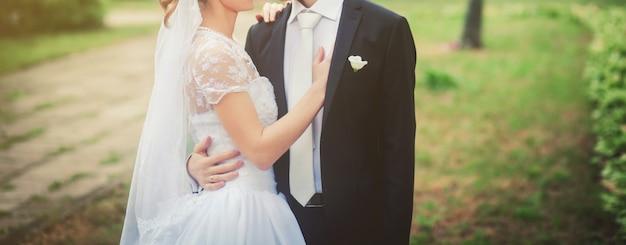 Przytulanie pary młodej