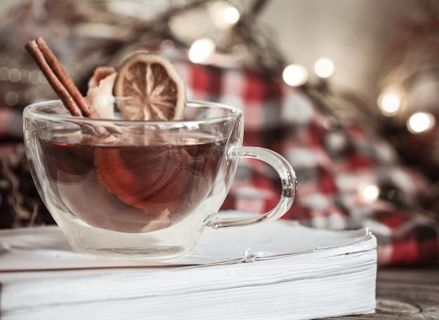 Przytulna aranżacja świąteczna filiżanka z cynamonem i cytryną, koncept na tradycyjne gorące napoje