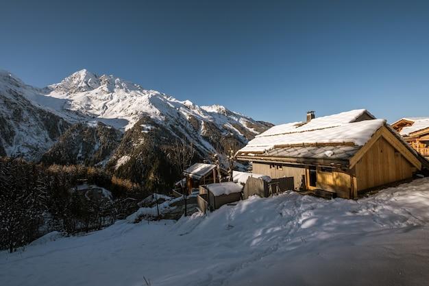Przytulna chatka w środku magicznej zimowej scenerii w sainte-foy-tarentaise we francuskich alpach