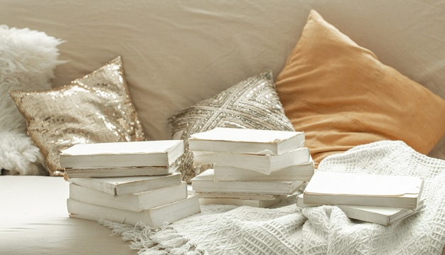 Przytulna domowa atmosfera z książkami we wnętrzu.