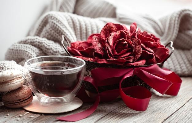 Przytulna domowa kompozycja miłości na walentynki z elementami dekoracyjnymi i filiżanką herbaty.