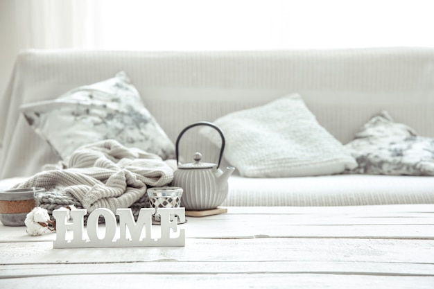 Przytulna domowa kompozycja z czajnikiem, dzianinami i skandynawskimi detalami dekoracyjnymi