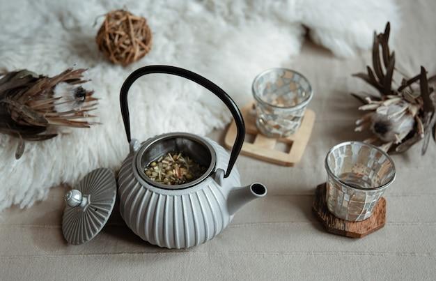 Przytulna domowa kompozycja z czajnikiem i detalami wystroju domu.