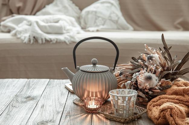 Przytulna domowa kompozycja z czajnikiem i detalami wystroju we wnętrzu pokoju