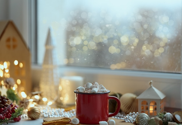 Przytulna domowa świąteczna atmosfera widok z okna kubek gorącej czekolady na parapecie wieczór w domu