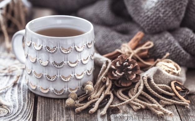 Przytulna filiżanka herbaty na drewnianym tle, koncepcja ciepła i wystroju