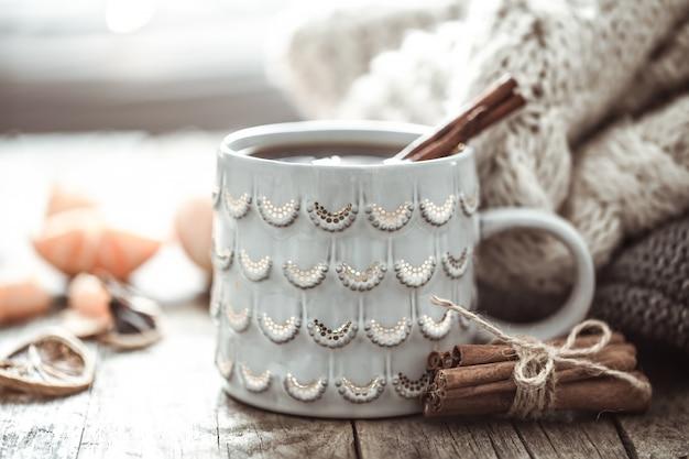 Przytulna filiżanka świątecznej herbaty martwa natura