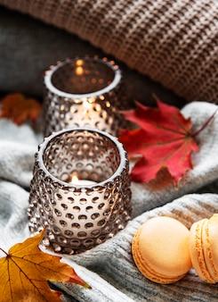 Przytulna i miękka jesień, swetry z dzianiny i świeczki