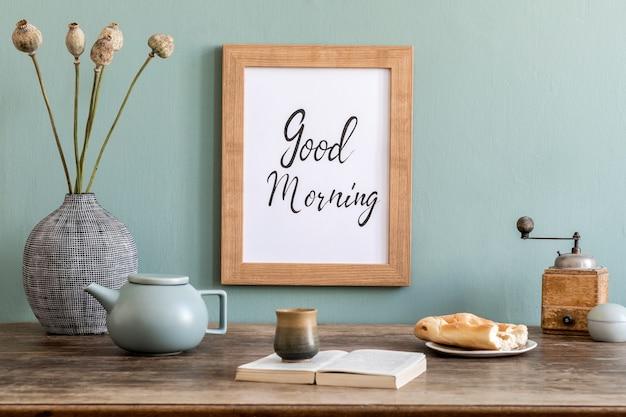 Przytulna i stylowa kompozycja kreatywnej jadalni z makietową ramą poterową, drewnianą konsolą, słonecznikami i osobistymi akcesoriami. zielona ściana. piękny i słoneczny poranek. szablon.