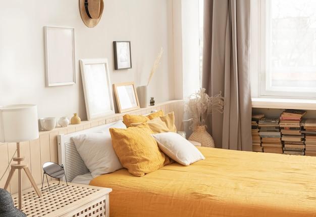 Przytulna jasna sypialnia w stylu rustykalnym. łóżko z jasnożółtą pościelą.