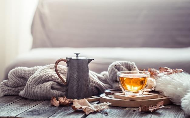 Przytulna jesień martwa natura z filiżanką herbaty