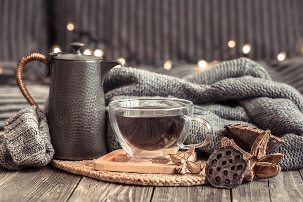 Przytulna jesień martwa natura z filiżanką herbaty.