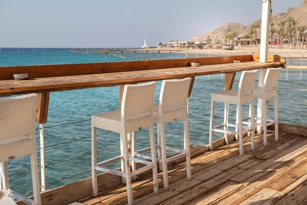 Przytulna kawiarnia nad brzegiem morza czerwonego w zatoce elat. izrael