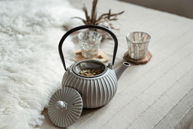 Przytulna kompozycja domu z czajnikiem i detalami wystroju domu