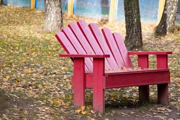 Przytulna ławka w jesiennym parku. cisza i spokój. pokój z naturą.