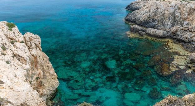 Przytulna malownicza zatoka nad brzegiem morza śródziemnego
