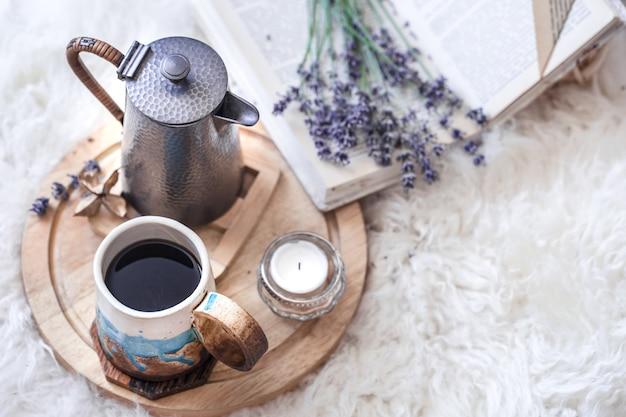 Przytulna martwa natura z czajnikiem i filiżanką gorącego napoju