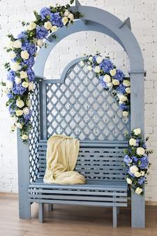 Przytulna miękka kratka na niebieskiej drewnianej ławce