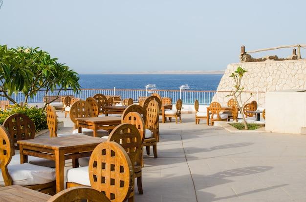 Przytulna restauracja lub kawiarnia na terenie pięciogwiazdkowego hotelu z widokiem na morze w sharm el sheikh.