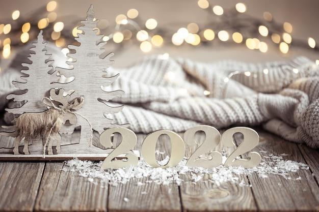 Przytulna świąteczna kompozycja z liczbą i detalami dekoracyjnymi
