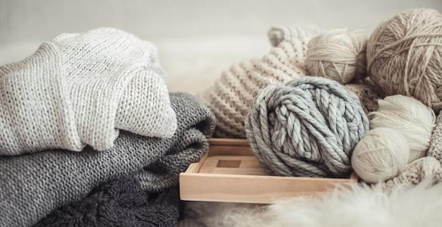 Przytulna tapeta z przędzą do robienia na drutach.
