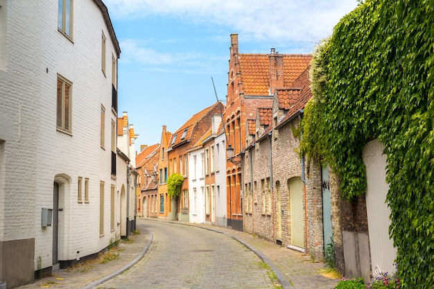 Przytulna ulica w starożytnym prowincjonalnym mieście europejskim
