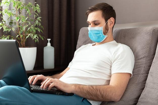 Przytulne biuro domowe, miejsce pracy na sofie podczas pandemii, kwarantanna covid 19. praca zdalna, freelancer