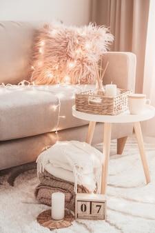 Przytulne dekoracje domowe we wnętrzu z dzianiną i aromatem w salonie