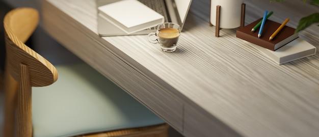 Przytulne domowe biurko z miejscem na kopię w ciepłym świetle w nocy zamazane tło laptopa