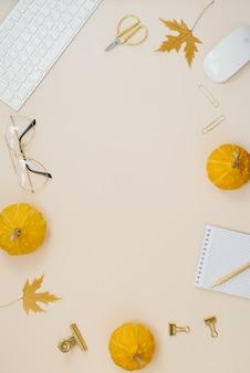 Przytulne domowe biuro dla blogera lub freelancera opadłe liście dynie klawiatura okulary mysz