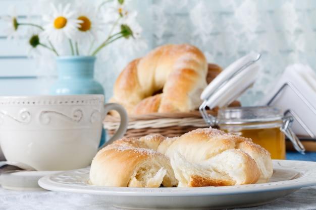 Przytulne jesienne śniadanie na stole w wiejskim domu.