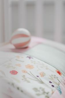 Przytulne łóżeczko Dziecięce Z Różowym Kocykiem Patchworkowym Premium Zdjęcia
