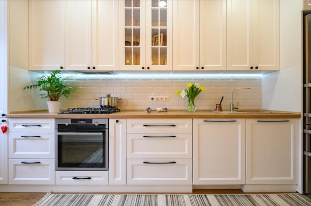 Przytulne nowoczesne, dobrze zaprojektowane wnętrze kuchni