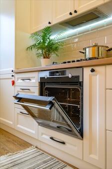 Przytulne nowoczesne wnętrze kuchni