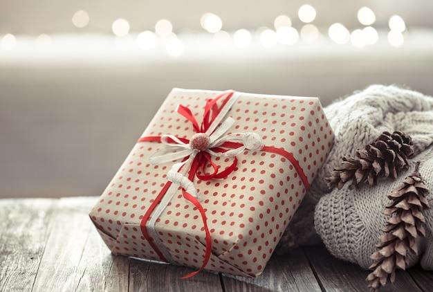 Przytulne ozdoby świąteczne na drewnianym stole