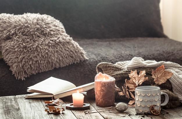 Przytulne śniadanie jesienią rano w łóżku martwa scena. parująca filiżanka gorącej kawy, herbata stojąca przy oknie. spadek.